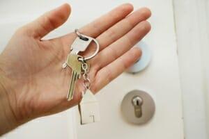 Schlüssel in der Hand - Wohnungsübergabe bei einer Eigentumswohnung der cobau